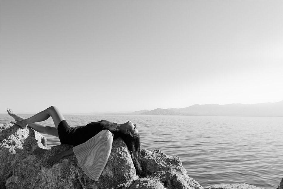 Красивые девушки на берегу моря фото черно белое