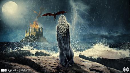 Фото Арт на Mother of Dragons / Мать драконов, из сериала Game of Thrones / Игры престолов, которая стоит возле дракона, смотря на замок в дали, и бушующее море, художник chadski51