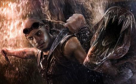 Фото Вин Дизель / Vin Diesel в роли Ричарда Б. Риддика / Richard B. Riddick сражается с монстром, арт к фильму Хроники Риддика / The Chronicles of Riddick