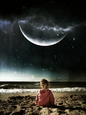 Фото Девочка сидит на берегу моря, смотря на космическое небо и луну