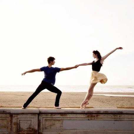Фото Парень и девушка танцуют на берегу моря