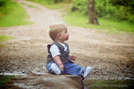 Фото Малыш сидит на камне водоема в лесу, фотограф Джей Маунтфорд / Jay Mountford