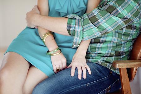 Фото Парень обнимает девушку, сидящую у него на коленях