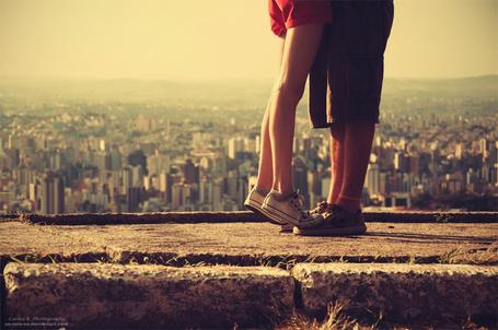 Фото Ноги парня и девушки на фоне города