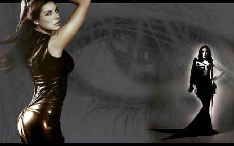Фото Фотомодель Памела Камасса / Pamela Camassa в коричневом кожаном платье стоит подняв руки у стены с необычной графикой