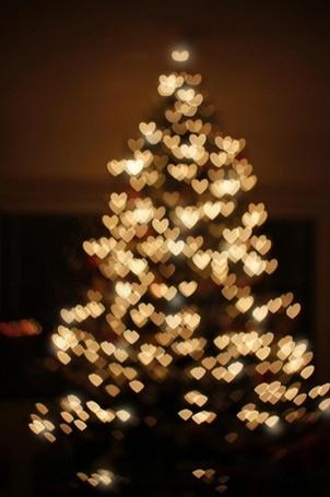 Фото Новогодняя елка, украшенная гирляндой в форме сердечек