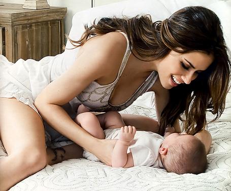 Фото Бразильская супермодель Адриана Лима / Adriana Lima радостно смотрит на свою новорожденную дочку