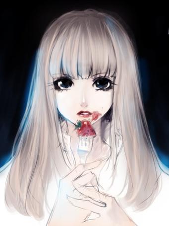 Фото Светловолосая девушка ест клубнику