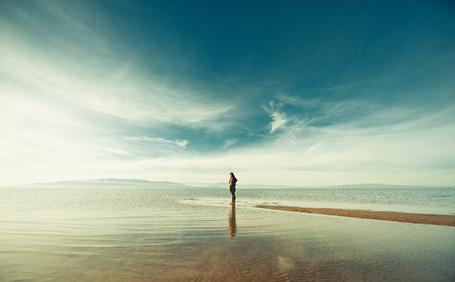 Фото Одинокая девушка любуется морем