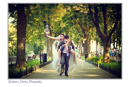 Фото Мужчина несет по аллее парка самое драгоценное приобретение в своей жизни-невесту. Фотограф Дмитрий Емельянов / Emeljanov Dmitry