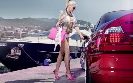 Фото Белокурая девушка идет к своей машине
