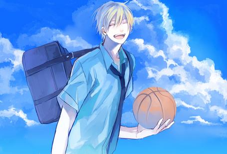 Фото Улыбающийся Кисе Рета / Kise Ryouta из аниме Баскетбол Куроко / Kuroko no Basket на фоне неба с баскетбольным мячом