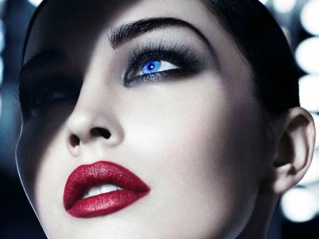 Фото Голубоглазая женщина с красными губами смотрит вверх