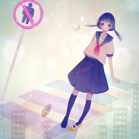 Фото Плачущая девушка в школьной форме стоит возле дорожного знака