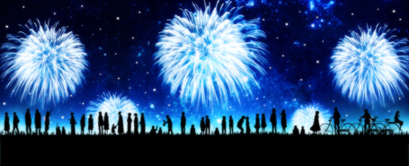 Фото Силуэты людей на фоне ночного неба, в котором взрываются фейерверки