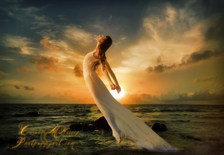 Фото Девушка в белом платье парит над водой на фоне неба, автор Phatpuppyart-Studios