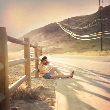 Фото Девушка сидит у дороги, фотограф Paige Nelson
