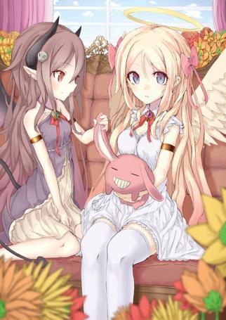 Фото Девушка - ангел и девушка - демон сидят на диване