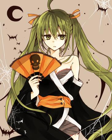 Фото Vocaloid Hatsune Miku / Вокалоид Хатсуне Мику в юката на Хэллоуин / Halloween держит оранжевый веер с черепом в руке, стоя среди паутины