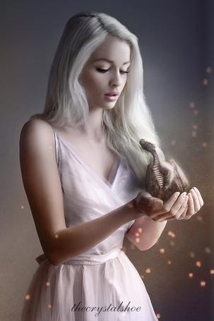 Фото Арт на Dayeneris Targaryen / Дайенерис Таргариен из сериала Game of Thrones / Игра престолов с драконом в руках
