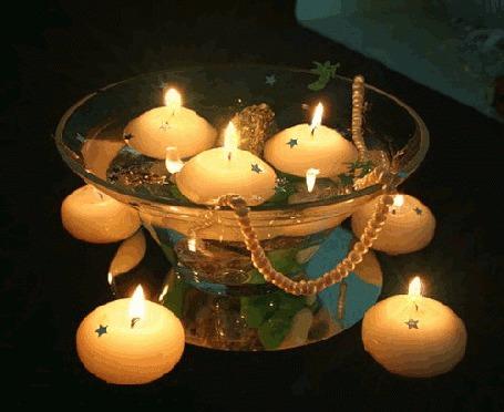Фото Горящие свечи в подставке и на столе
