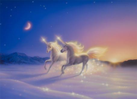 Фото Два единорога бегут по заснеженному полю, в небе светит луна