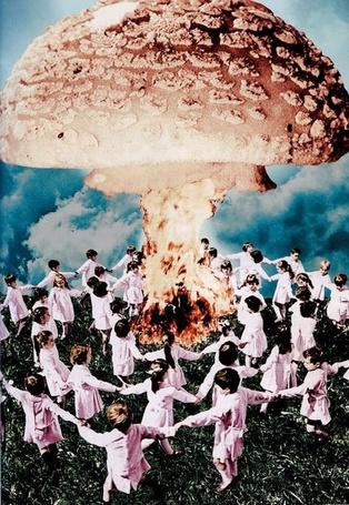 Фото Дети, водящие хороводы вокруг костра, дым которого превращается в шляпку гриба