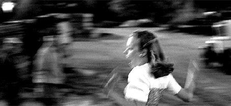 Фото Рэйчел Макадамс / Rachel McAdams радостно прыгает на Райана Гослинга / Ryan Gosling, кадр из фильма Дневник памяти / The Notebook