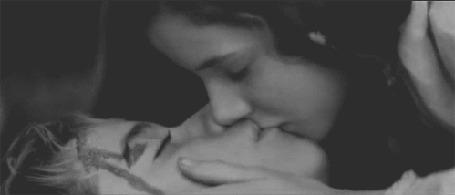 Фото Девушка целует парня