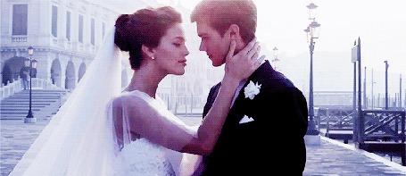 Фото Жених и невеста целуются на набережной