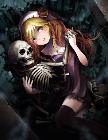 Фото Девушка-монашка лежит в гробу и обнимает скелет