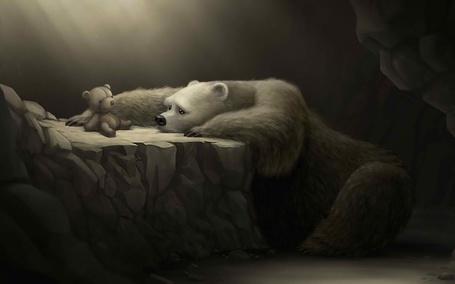 Фото Медведь смотрит с грустью на плюшевого мишку