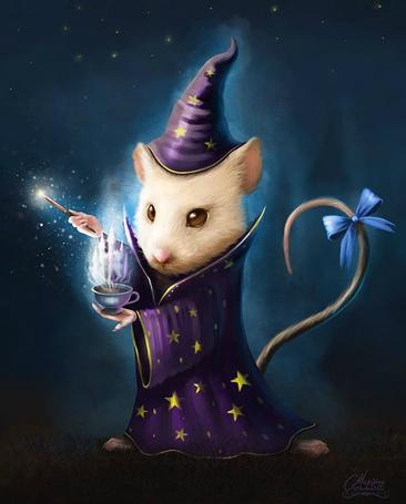 Фото Белая мышь в одежде мага с чашкой и волшебной палочкой в лапах