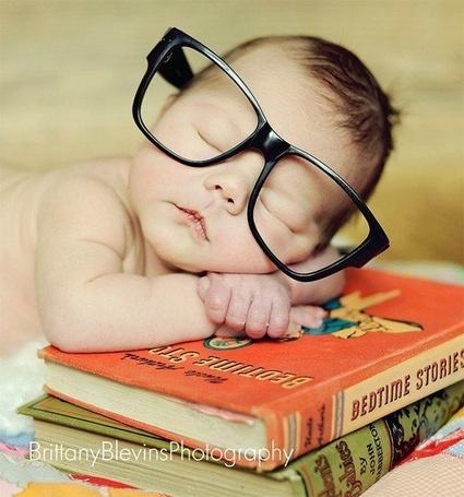 Фото Маленький ребенок спит в очках на книжках, фотограф Brittany Blevins