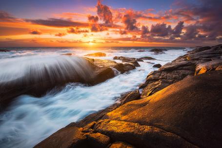 Фото Морские скалы омываются волнами во время заката (© Seona), добавлено: 28.10.2013 10:24