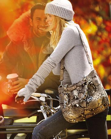 Фото Девушка сидит на велосипеде и актер Ноа Миллс / Noah Mills смотрит на нее на фоне осенних листьев