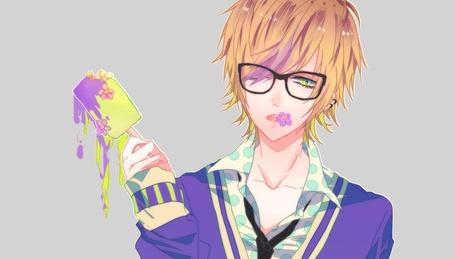 Фото Светловолосый парень в очках, с цветком во рту держит в руке тающее мороженое