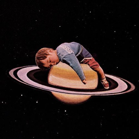 Фото Малыш, спящий на планете Сатурн