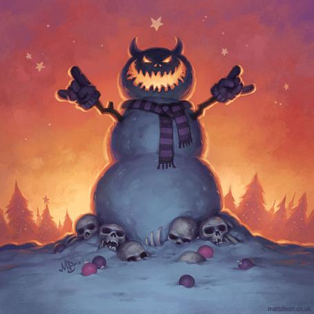 Фото Адский снеговик с зубастой пастью и горящими глазами, в шарфике и рукавичках, возвышается над грудой черепов и костей, на фоне пылающего оранжевым неба и леса