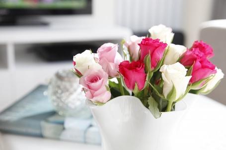 Фото Букет из розовых, белых и нежно-розовых роз в вазе на столе