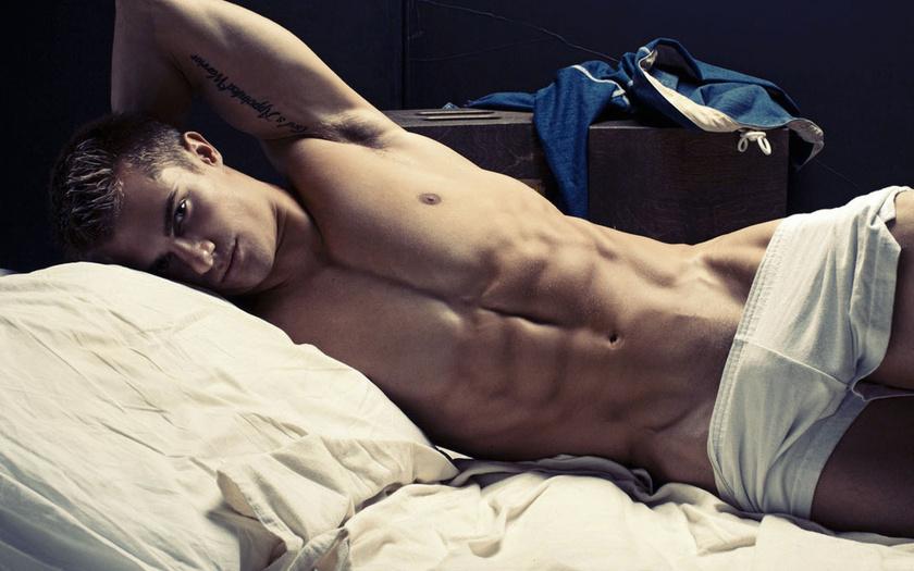 Мужчины парень, лежит, тело, пресс, тату, торс, подушка красивые обои, карт