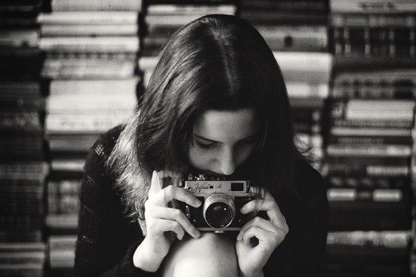 Девушка на профессиональный фотоаппарат