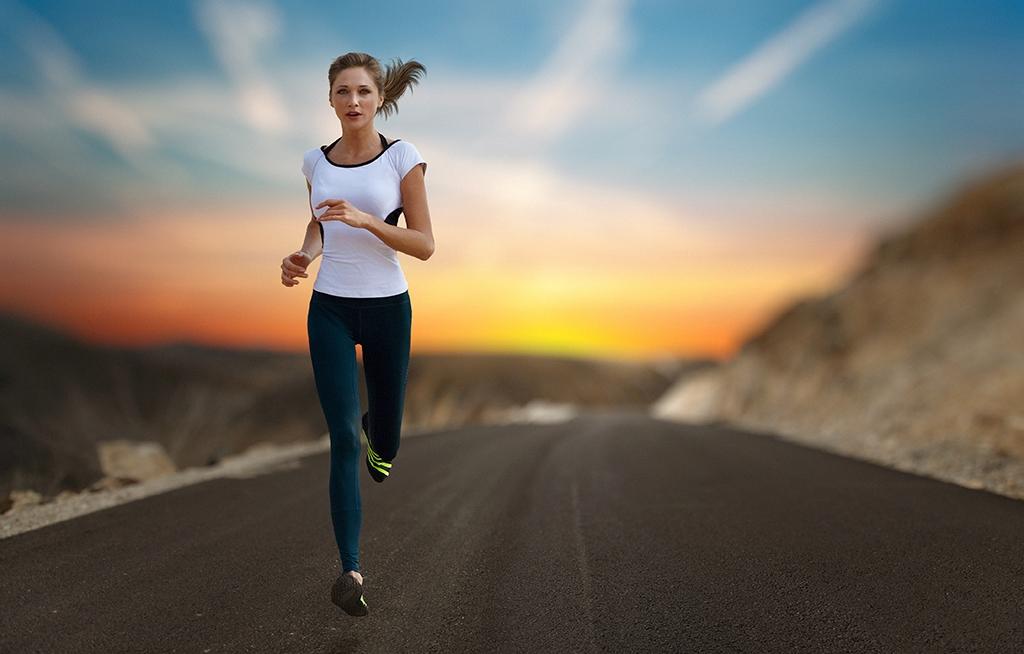 картинка девушка бежит на работу