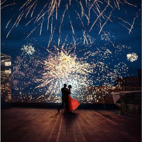 Фото Влюбленная пара танцует на крыше дома любуясь фейерверком, фотограф Yaroslav Belousov / Ярослав Белоусов