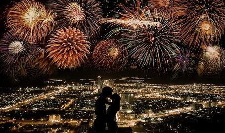 Фото Мужчина и девушка целуются на фоне города и салюта в небе, фотограф Sachin Ramdas