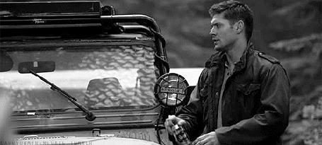 Фото Дженсен Эклс / Jensen Ross Ackles в роли Дина / Dean возле машины открывает банку пива