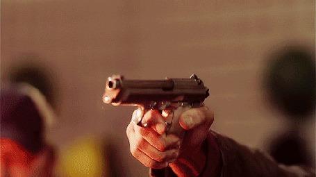 Фото Сэм / Sam (Джаред Падалеки / Jared Padalecki) стреляет из пистолета, сериал Сверхъестественное / Supernatural