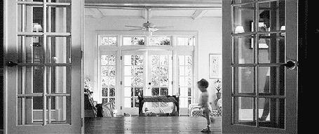 Фото Eric Messer / Эрик Мессер, чью роль исполняет Josh Duhamel / Джош Дюамель, в белых трусах, кроссовках и бутылкой пива в руках, ходит за маленькой Софи по дому. Момент из фильма Life as We Know It / Жизнь, как она есть