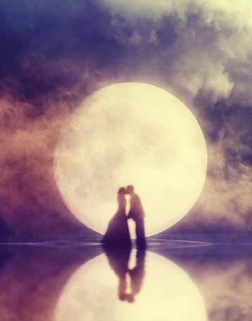 Фото Целующиеся мужчина и девушка, стоят в воде на фоне луны, художник UntamedUnwanted