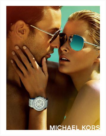 Фото Парень и девушка в солнцезащитный очках рядом, на руке девушки часы марки Michael Kors